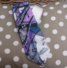 Ručně malovaná kravata hudební No.1 Materiál: 100 % hedvábí, klasický střih - originál v bílé, modré, fialkové barvě, jiný podklad dle dohody Krásný a vtipný dárek Prokaždého muže, jedinečným dolpňkem!