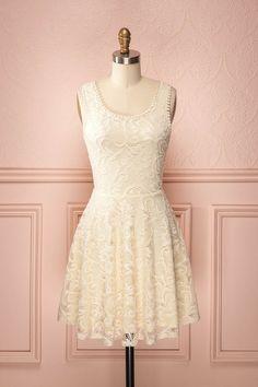 Lorna Crème ♥ La dentelle qui voile cette robe de couleur crème lui inspire une sensualité pleine de délicatesse.  The lace that veils this cream-coloured dress adorns it with a dainty sensuality.