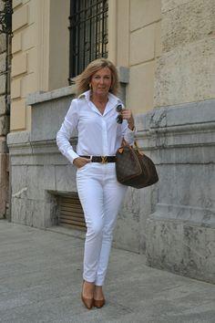 48772176ca27 Hemden, Weiße Blusen, Klassische Looks, Hübsche Frau, Kapsel  Kleiderschrank, Mode Für