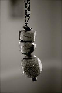 idea para collar con charms y beads en barro (Raku)