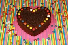 Pa de pessic decorat amb filets de xocolata i lacasitos