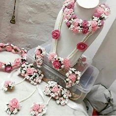 Wedding jewelry is a vital part of bridal wear. Many brides underestimate the need for selecting the most appropriate jewelry. The perfect necklace, earrings, Flower Jewellery For Mehndi, Flower Jewelry, Jewelry Box, Jewelry Ideas, Craft Jewelry, Flower Earrings, Indian Wedding Jewelry, Indian Bridal, Indian Jewelry