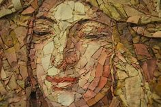 """Detalhe mosaico """"Madonna del cardellino"""" (30x40 cm) Interpretação a mosaico realizada em técnica direta, utilizando principalmente materiais naturais como pedras e mármores. Com a inserção de alguns materiais artificiais como grés, pasta vítrea e resina colorida que auxiliaram na obtenção de algumas passagens cromáticas."""
