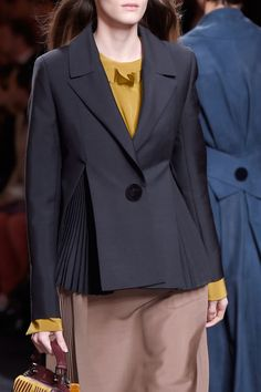 Fendi Fall 2016 Ready-to-Wear by Silvia Venturini Fendi and Karl Lagerfeld Suit Fashion, Work Fashion, Fashion Details, Runway Fashion, High Fashion, Fashion Dresses, Fashion Design, Fendi, Suits For Women