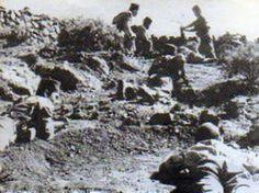 Grupo de Tiradores de Ifni en posición de combate, mientras disparan un mortero. Guerra de Ifni 1957-1985.  https://aquellasarmasdeguerra.files.wordpress.com/2013/07/tiradores-de-ifni-en-una-posicic3b3n-de-ataque.jpg
