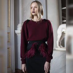Юбка из плотного шёлка с съёмными перьями, вязанный свитер украшенный брошами-кометами #DariaBardeeva Записаться на примерку: +7(926) 050-22-88