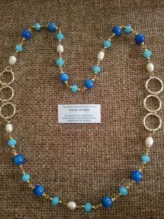 Collana lunga con sfere lisce di agata blu, perle di fiume e cristalli.