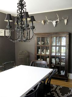 Dark brown walls country dining room - like the wall color, the antlers & the display at the end of the table.I would change the table to a light greyish brown though. Rustic Vintage Decor, Diy Home Decor Rustic, Vintage Décor, Vintage Industrial, Dark Brown Walls, Black Walls, Charcoal Walls, Gray Walls, Dark Wood