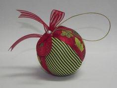 Bola de Patchwork de Natal  Bola decorativa feita com o trabalho de patchwork, tecidos variados. As cores das bolas são sortidas, neste anuncio tem uma foto com alguns dos tecidos utilizados. R$ 3,50