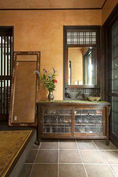 スペースラボの注文住宅・事例紹介「レトロな情緒 和モダンの家」です。写真や間取り、価格など、詳しい事例をご覧いただけます。注文住宅のことなら注文住宅の総合情報サイト・ハウスネットギャラリー House Paint Interior, Interior Decorating, Interior Design, Japanese Architecture, Interior Architecture, Victorian Style Bathroom, Japanese Interior, Beautiful Living Rooms, Japanese House