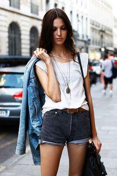 Shorts vaqueros + camiseta blanca + chaqueta de entretiempo = el perfecto #OOTD de septiembre