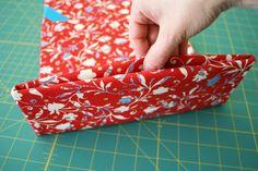 Make an iPad cover Diaper Bag Patterns, Bag Patterns To Sew, Sewing Patterns Free, Diy Sewing Projects, Sewing Projects For Beginners, Sewing Tutorials, Capas Kindle, Ipod Covers, Ipad Holder