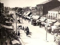 """Carretera """"Mala de Francia"""" en 1933. Esta parte de la actual Bravo Murillo pertenece al norte del barrio de Tetuán en los tiempos en que aún era parte de Chamartín de la Rosa. Habitaban esta zona los obreros más pobres -clases menesterosas para la burguesía- y eran numerosos los traperos que vivían y almacenaban o arrojaban por aquí el producto de su recogida."""