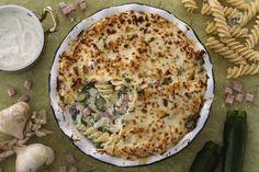 La pasta al forno bianca è una variante della tradizionale pasta al forno a base di verdure, prosciutto cotto e una deliziosa besciamella alla ricotta