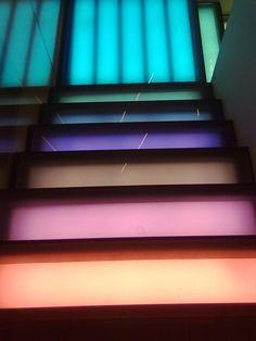 Estas las últimas escaleras que había en la tienda de Benneton en Madrid y aun así de diferentes tonos, acercándose al azul desde un color coral. De los tres pins, elegiría este porque los colores son más intensos y variados.