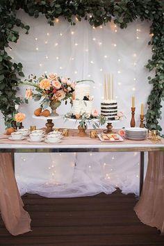 decoracao de festa mesa de bolo com luzes de fundo