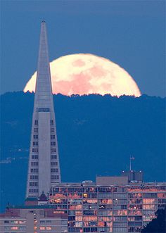 Trans America building, Moonrise over San Francisco. I did not leave my heart in San Francisco, I left my Soul, and every day I feel the emptiness. Beautiful Moon, Beautiful World, Beautiful Places, San Fransisco, The Places Youll Go, Places To See, Lac Tahoe, Foto Fun, Shoot The Moon