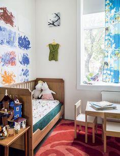 Sagan valtakuntaan on kulku keittiön vierestä. Pikkuneidin taide ja Muumit koristavat huonetta.