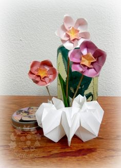 """Vaso Ciranda (pg 71) com Sakuras (pg 70), do livro """"Origami em Flor"""", de Flaviane Koti e Vera Young, montadas em Hastes feitas com Folhas de Palmeira ou Coqueiro (pg 75).  ONDE COMPRAR O LIVRO:  http://www.coisasdepapel.com.br/2013/08/livro-origami-em-flor-via-amazon-para-o-mundo/  http://terapiadopapel.blogspot.com.br/2013/06/a-venda-o-livro-origami-em-flor.html"""