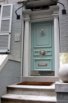 blue door color, large silver knocker - Is it Miles Redd's house? I looks to be from a recent House Beautiful article on front door colors. Aqua Door, Turquoise Door, Mint Door, Light Turquoise, Front Door Design, Front Door Colors, Front Door Decor, Le Grand Bleu, Doors Galore