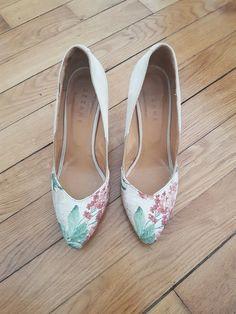 Escarpins Sézane fleuris - Magnifiques escarpins Sézane (j'ai oublié le nom du modèle...) En peau beige avec fleurs et détails dorés Talon 8 cm Portées 5/6 fois max Excellent état mis à part une légère trace sur l'extérieur du pied gauche (voir photo) Ressemelées par un professionnel Elles sont superbes mais je ne les porte jamais... #sezane #chaussuressezane #escarpins #escarpinssezane