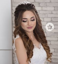 20 Hottest Smokey Eye Makeup Ideas 2019 All About Home & All About Womens Interests 20 Hottest Smokey Eye Makeup Ideas woman comprehends what a smokey eye look is that Engagement Hairstyles, Bride Hairstyles, Down Hairstyles, Wedding Hair Down, Wedding Hair And Makeup, Hair Makeup, Bridal Hair Buns, Make Up Braut, Quinceanera Hairstyles