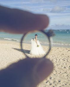 このワンショットは今のアイコンにしています( ´ ▽ ` )ノ  いつかのゼクシィで見て、 ステキ〜って思ってたので、前撮りの時にカメラマンさんにリクエストして撮っていただきました♪♪ 実はこれはほんの一つ指輪の持ち方とか、カメラマンさんと彼で色々試してくれてたみたい✨ 感謝です #卒花#卒花嫁#結婚式#結婚式準備#ウェディング#ウェディング準備#前撮り#ハワイ#ウェディングフォト#ビーチフォト#フォトツアー#ゼクシィ#憧れのショット♡#マリッジリング#ソリティア  #wedding#weddingphoto#photo#photoshooting#weddingphototour#hawaii#hawaiiweddingphoto#hawaiiweddingphoto#beachphoto#marriage#ring#marriagering#camera#japan#nagoya#girl