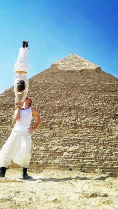 Adventurous Acrobat Couple Gets Married in 38 Different Places Around the World in 83 Days - My Modern Met