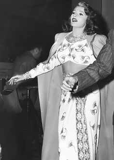 Rita Hayworth rehearses with choreographer Jack Cole on the set of Gilda the number Amado Mio Old Hollywood Stars, Golden Age Of Hollywood, Hollywood Glamour, Classic Hollywood, Rita Hayworth Gilda, Jack Cole, Old Movie Stars, Female Stars, Up Girl