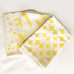 A simple tutorial to make these pretty Geometric Swiss Cross, Feather and Triangle napkins using Freezer Paper!