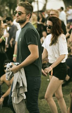 Robert Pattinson + Kristen Stewart at Coachella 2013 I love how they always are just barely touching. Robert Pattinson Twilight, Robert Pattinson And Kristen, Twilight Saga Series, Twilight Edward, Twilight Movie, Vampire Twilight, Festival Coachella, Coachella 2013, Festival Style