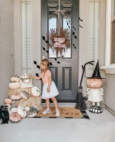 Halloween is not that far away. If you're considering a delicate porch decoration, it's time to start preparing. Halloween is a time every year for adults and children to relax. Halloween Porch Decorations, Halloween Home Decor, Outdoor Halloween, Halloween House, Halloween Themes, Halloween Crafts, Pink Halloween, Halloween Inspo, Halloween 2020