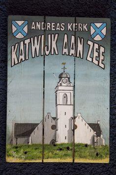 De witte kerk aan zee op   houten plankjes.