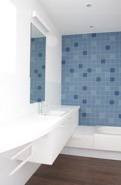 studio k - badkamer mindervaliden Kalmthout 2014 (badkamer, bathroom, mindervaliden, winckelmans tegels, hi-mac, white, wooden floor, ipé)