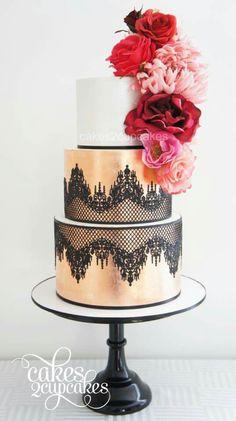 klassische Hochzeitstorte auf Säulen mit Rosen Maiglöckchen und