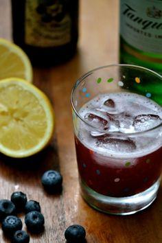 Cocktail estival à base de Boréale aux bleuets avec citron, gin et bleuets. Miam, c'est l'été! Par lavietoutsimplement.com