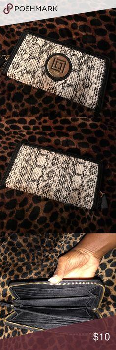 Liz Claiborne wallet🦋🦋 This is a decent wallet by Liz Claiborne!!!! Liz Claiborne Bags Wallets