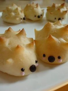 Immensely cute little hedgehog buns. Sweet and Spicy Bacon Chicken: 4 chicken breasts cut in thirds piece. Now this is too, too cute! A tester avec pâtes sablées et… Hedgehog bread or pygmy puffs for Potter party! Hedgehog buns These are adorable. Cute Food, Good Food, Yummy Food, Bread Art, Bread Food, Bread Shaping, Food Humor, Sweet And Spicy, Creative Food