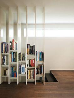本棚を間仕切り家具として使用した事例の紹介。落下防止から、照明を組み合わせたインテリア性の高い事例、本棚を潜り抜けれるようにしたものなど、さまざまなタイプをチョイスしています。