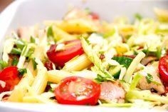 Opskrift på sund fastfood, for det bliver ikke bedre og nemmere end denne lækre kyllingesalat med spidskål og pasta. Kyllingesalat med spidskål og pasta er hurtig at lave, og den smager virkelig go…