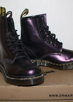Doc Martens have been in style for almost 60 years, discover what made them so popular. We also discuss how to wear them in style! Style Doc Martens, White Doc Martens, Doc Martens Boots, Winter Socks, Winter Wear, Doc Martens Rouge, Dr Martins Outfit, Sandro, Dr. Martens