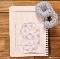 Crochet your own numbers – maysoondo crochet huis Crochet Chart, Crochet Motif, Diy Crochet, Crochet Stitches, Crochet Baby, Crochet Alphabet, Crochet Letters, Crochet Amigurumi, Crochet Toys
