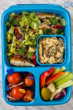 Sałatka z kurczakiem, hummus, warzywa, koreczki śniadaniowe