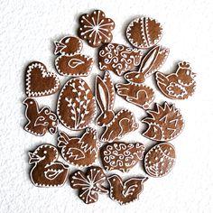 500 g perníčků Směs perníčků různých tvarů a různých velikostí. Zdobené bílkovou polevou. Cena je za 500 g - množství odpovídá zhruba 30ti drobným tvarům - kytičky, srdíčka, hříbky.. a 20ti větším tvarům - kačenka, slepička, ježek.. Posílám jako křehké, aby se cestou nerozbily.