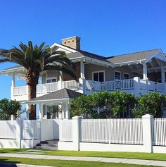 Oh my goodness, just came across this house in Mermaid Beach (Gold Coast). Can it be any more perfect! It's right on the beach and my dream home. Coastal Hampton Style perfection right there. Image taken by me . #coastalhamptonstyle #hamptonsstyle #hamptonshouse #hamptonslook #beachhouse #beachstyle #coastalhome #coastalliving #coastalstyle #dreamhome #dreamhouse #homedesign #homestyle #homeideas #house #housedesign #queenslandhomes #australianhomes #goldcoast #architecture #architect...