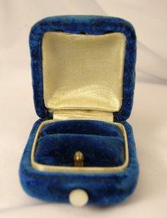 Montana blue velvet, satin & mother of pearl ring box - Vintage Jewelry Online Antique Rings, Antique Jewelry, Vintage Jewelry, Jewelry Box, Jewelry Accessories, Jewelry Making, Jewellery, Vintage Ring Box, Velvet Ring Box