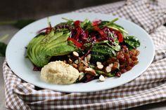 salat mit rotkohl, avocado & hanfsamen