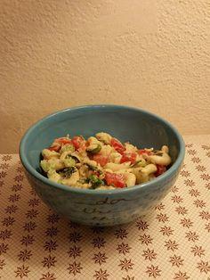 W siódmym niebie - blog kulinarny: Sałatka z makaronem z sosem jogurtowo-musztardowym... Serving Bowls, Grains, Rice, Tableware, Kitchen, Blog, Cucina, Dinnerware, Cooking