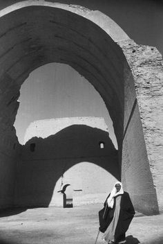 Henri Cartier-Bresson picture of Ctesiphon an arch made from mud bricks without any armature in Iraq.