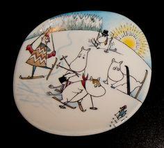 Hiihtomäessä / Ski Slope Moomin Mugs, Moomin Valley, Tove Jansson, Ski Slopes, Miffy, Plates On Wall, Creative, Artwork, Bag